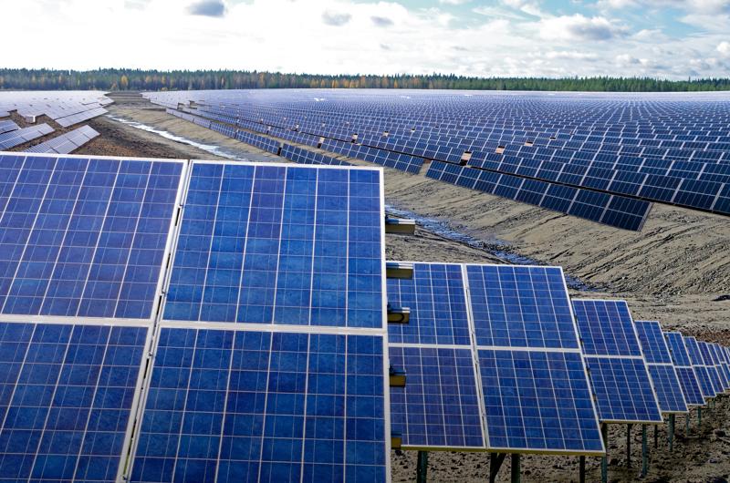 Kirjoittaja perää uusituvan energian lisäämistä. Nivalan Hituran suljetun kaivoksen alueelle on suunnitteilla mittava aurinkovoimalaitos.