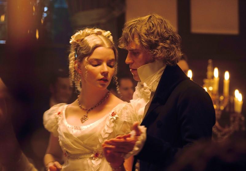 Emma (Anya Taylor-Joy) suostuu herra Knightleyn (Johnny Flynn) ehdottamaan tanssiin miettien yhtä paljon omia taka-ajatuksiaan kuin miehenkin.
