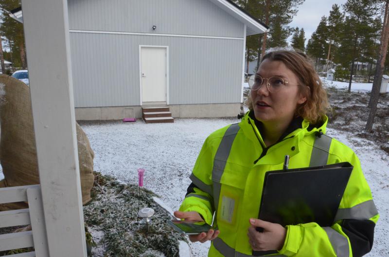 Kalajoen kuidun myyntipäällikkö Mari Palin tekee myös pihasuunnitelmia. Hän katsoo, että kuidun läpivienti tulee tähän taloon kuistin vierestä.