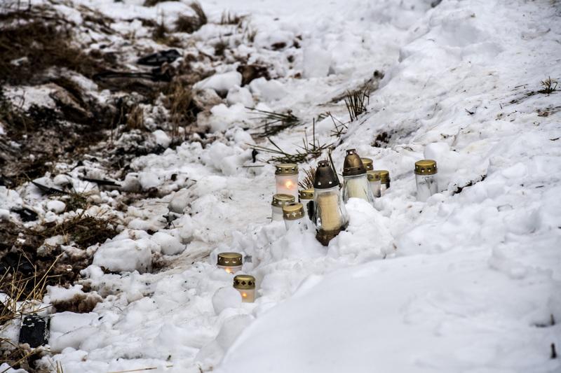 Kolaripaikalle Kaustisen ja Kokkolan rajalle tuotiin sunnuntaina kynttilöitä.