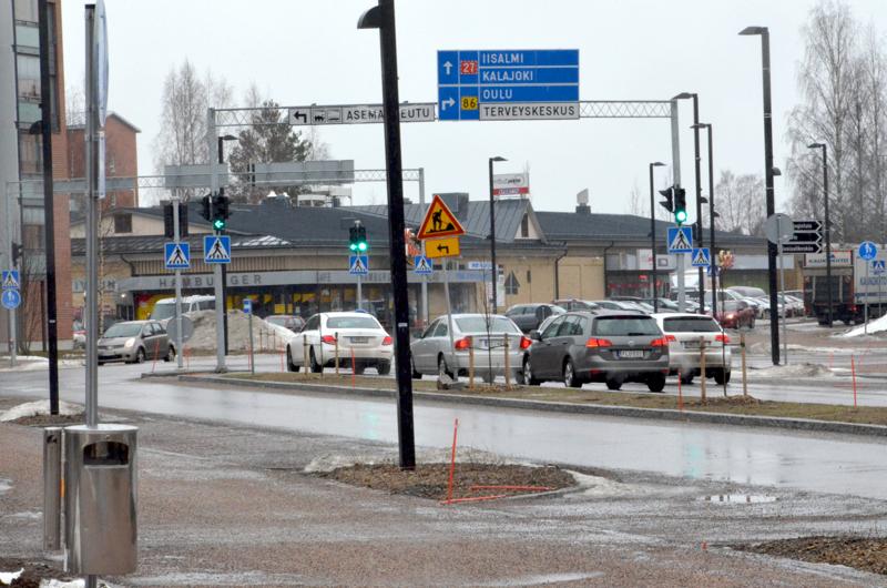 Valtakadun liikenne voi ruuhkautua myös päiväsaikaan. Tässä ei ole tapahtumassa mitään liikennerikkomusta.  Alueella kevyt liikenne ja autot kuitenkin menevät aina joskus päin punaista.