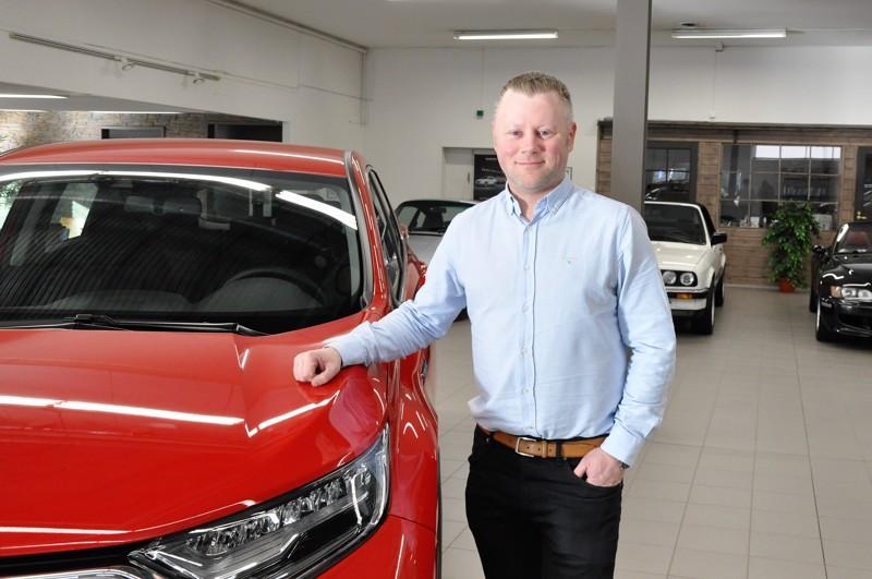 Jan-Magnus Lerbacka viihtyy automyyjän työssään, joka oli hänelle luonnollinen valinta. Automyynti L. Lerbackalla on Hondan merkkiedustus.