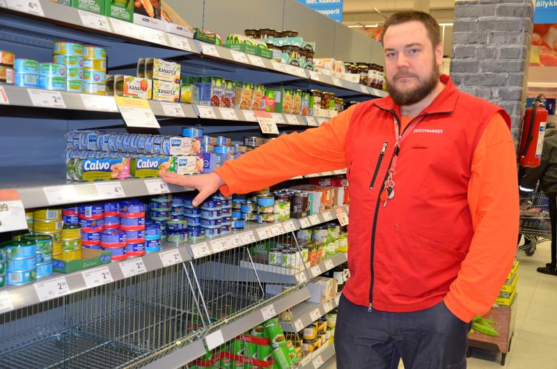 Ylivieskan Citymarketin kauppias Olli Koivisto kertoo, että ruokatavarahyllyjen aukot ovat täyttymässä alkuviikon aikana.  Hamstrattujen tuotteiden joukkoon kuului myös tonnikalasäilykkeet.