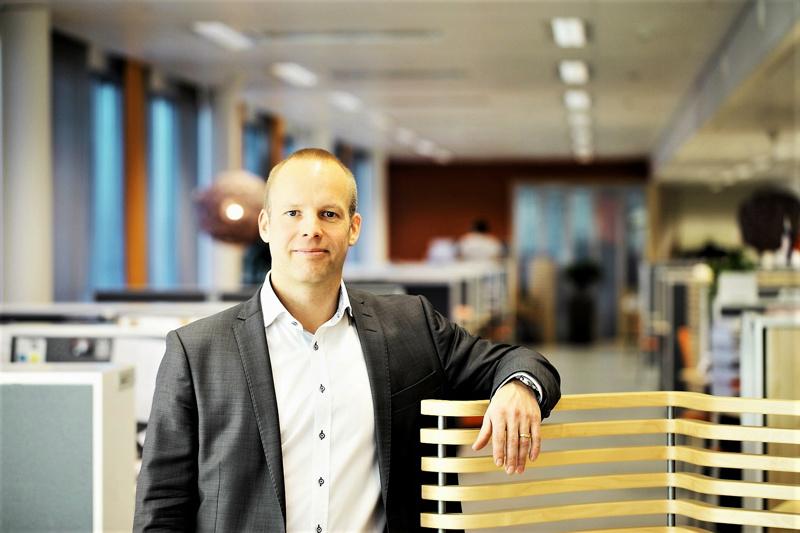 Mirkan toimitusjohtaja Stefan Sjöberg hiljentyneessä konttorissa. Suuri osa mm. Jepuan tehtaan toimihenkilöistä etätyöskentelee.