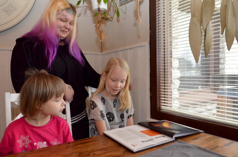 Kihlströmin perheessä tytär Joanna lukemassa kirjaa ja sisar, erityislapsi Jade kuuntelenassa myös.. Äiti Jonna uskoo, että etäopetus tulee sujumaan hyvin, koska lapset ovat motivoituneita ja innostuneita.