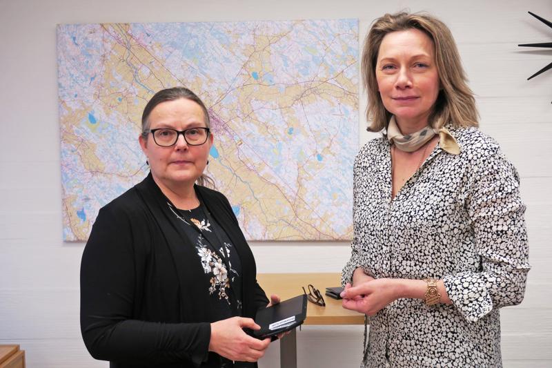 Sivistysjohtaja Riitta Viitakangas ja kaupunginjohtaja Päivi Karikumpu ovat olleet viime päivinä tavallistakin kiireisempiä. Yhdessä kokeneen johtoryhmän ja henkilöstön kanssa he ovat järjestäneet kaupungin toimintoja valtioneuvoston ohjeiden mukaisiksi.
