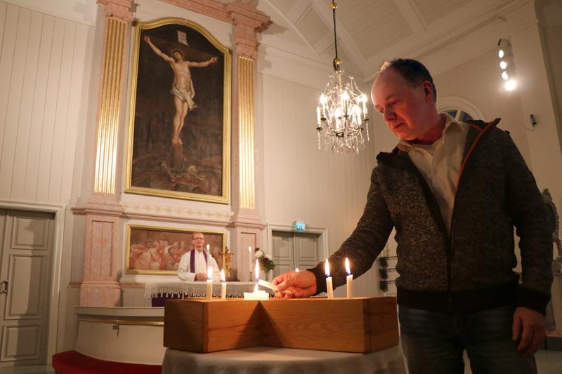 Suntio Jarkko Känsälä sytytti muistokynttilöitä Kaustisen kirkossa. Taustalla kappalainen Kai Tikkakoski.