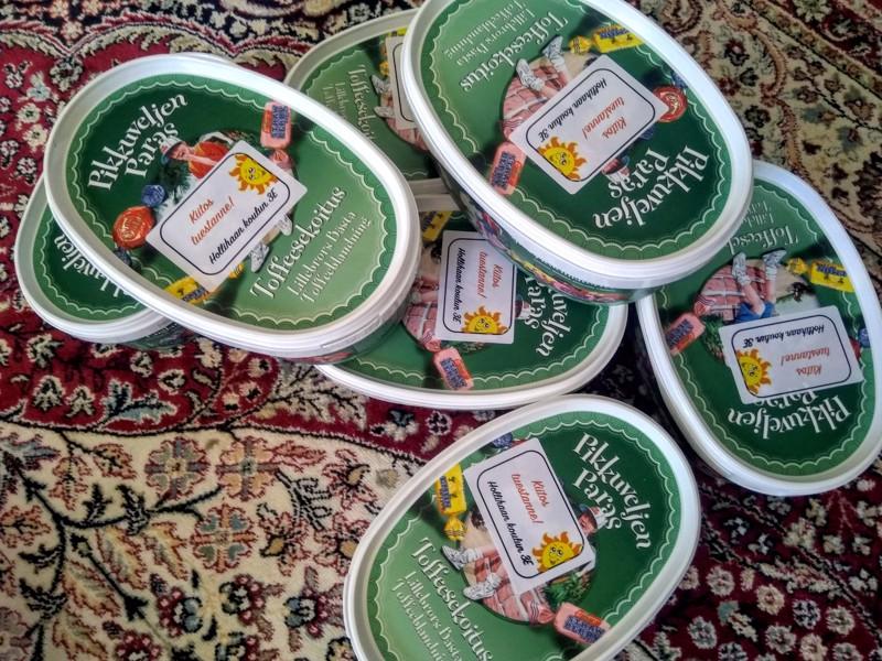 Lapsenlapsen tulevaisuudessa siintävää leirikoulua varten ostin muutaman toffeen, eipä se oma suukaan tuohesta ole.