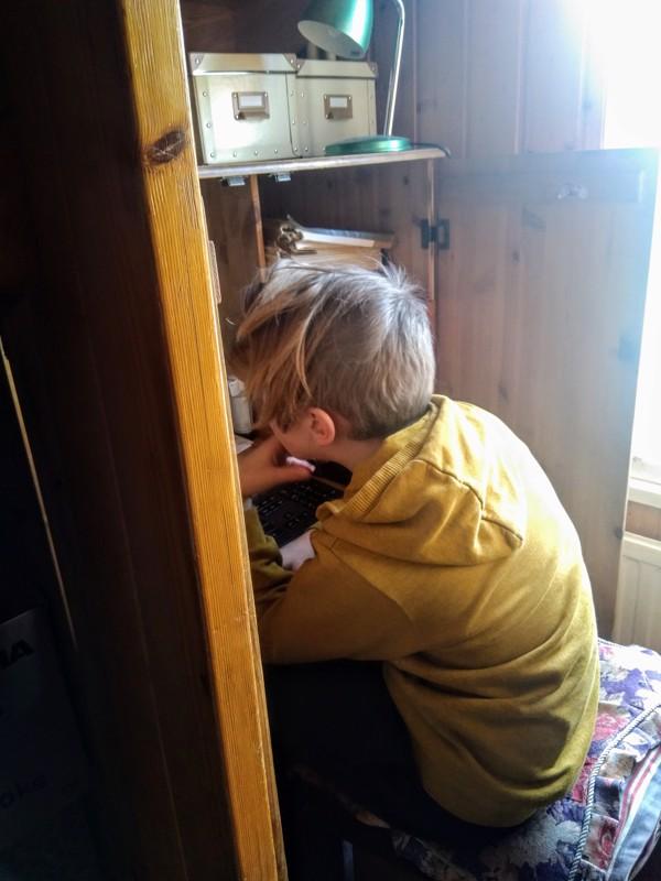 Arkistokaapista löytyy rauhallinen soppi matikan etäkokeen tekemiselle.