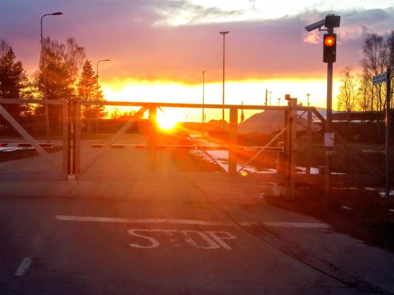 Joskus on vain pakko ajaa satamanportille ihailemaan auringonlaskua. Ennen pääsi katsomaan jäitten lähtöä aallonmurtajalle saakka, nyt matka tyssää portille.