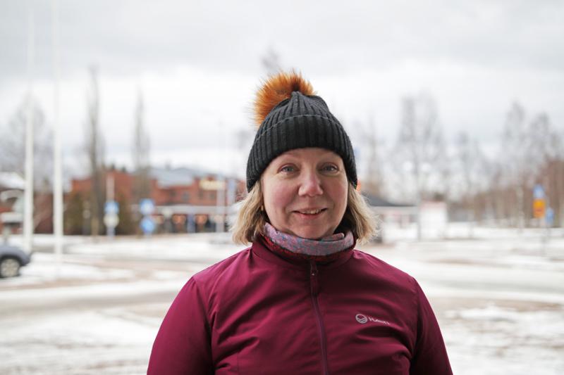 KIRSI MÄKINENTyöskentelen hoitoalalla, joten työt jatkuvat. Suomen hallitus saisi jo tiukentaa rajoituksia kuten sulkea koulut ja rajoittaa matkustamista. (Tämä haastattelu tehtiin ennen maanantaita.)