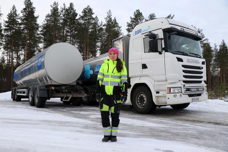 Kaustislainen Tiia Känsäkoski ajaa maitoautoa.