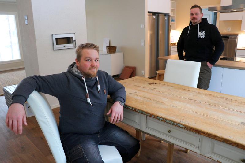 Juuso ja Joose Peltoniemi ovat tekemisissä pitkin viikkoa. Tässä veljekset ovat Joosen uudessa talossa, jonne osa huonekaluista on ehditty jo viedä.