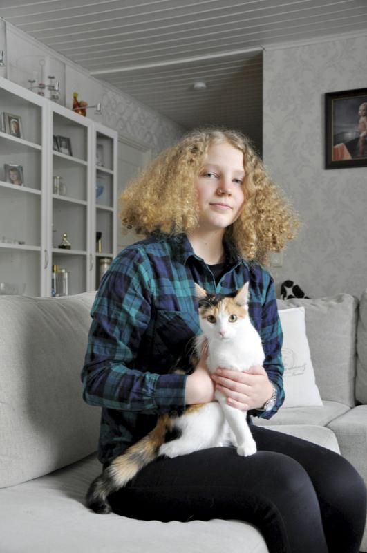 Onnea! Luomalan perheessä nimipäiviä on tapana muistaa pienellä lahjalla, kertoo Pipsa-kissan syliinsä saanut Josefina Luomala.