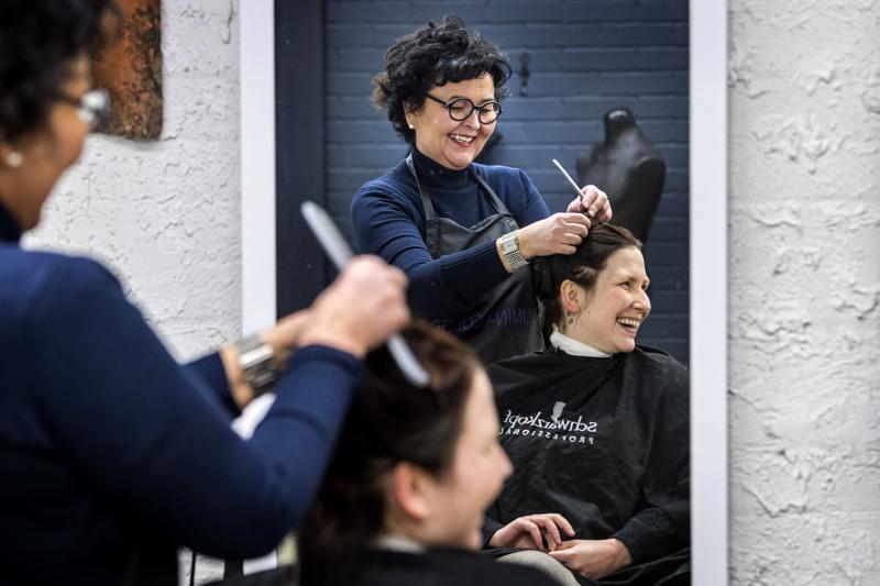 –Täytyy mennä vain päivä kerrallaan ja koittaa pitää liikettä auki siihen saakka jos tulee totaallinen kielto, sanoo yrittäjä Tiina Jalma Nanne Jalman hiuksia leikatessa.