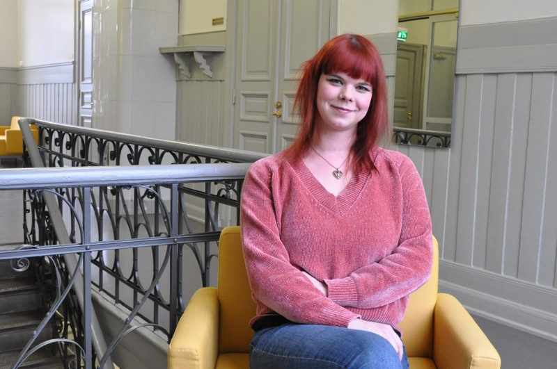 Elina Perälä tekee kahta työtä rinnakkain. Päivätyö on kaupungilla nuorisokulttuuriohjaajana ja iltaisin hän luotsaa sanataidekoululaisia Kokkolan seudun opistossa.