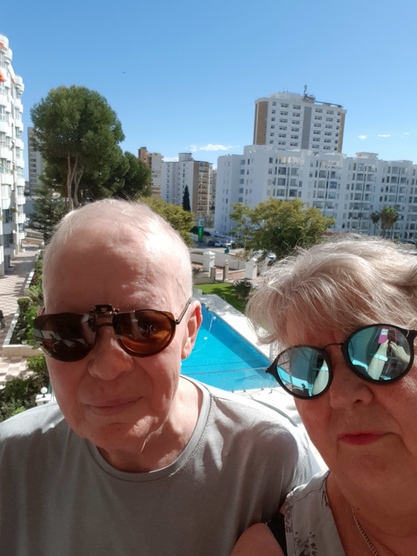 Aurinko se paistaa parvekkeellekin. Ylivieskalaiset Markku ja Seija Mattila kokivat hätätilaan asetetun Espanjan ulkonaliikkumiskieltoineen.