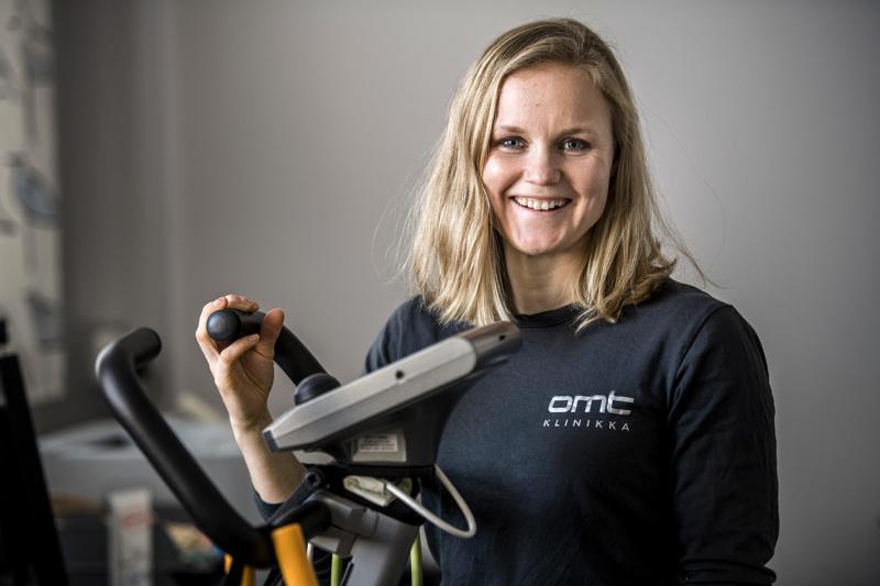 Fysioterapeutti Maria Högnäs Kaitajärvi sanoo, että kuntoilu onnistuu hyvin myös kotioloissa. Katso jutun videoista ja kuvista ohjeita liikesarjojen suorittamiseen.