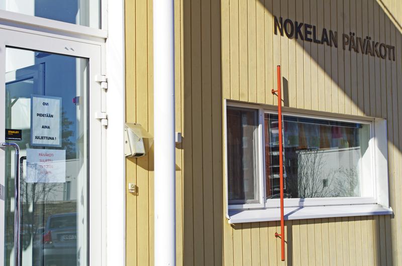 Nivalan Nokelan päiväkodin oveen ilmestyi lappu, joka kertoo, että päiväkoti on kiinni.
