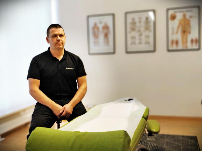 Hierontaterapeutti Anders Granholm Massage Punkt -hoitolasta on huolestunut tulevaisuudesta pienyrittäjänä.