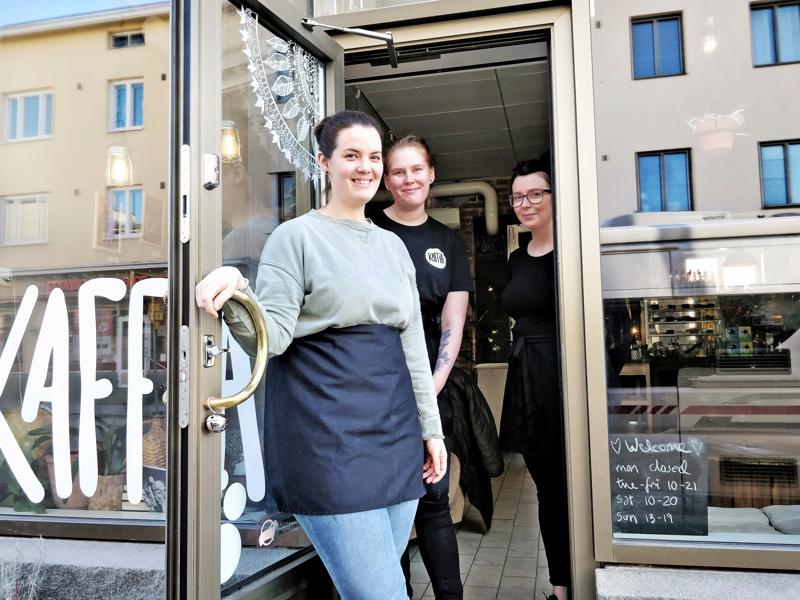 Kaffian väkeä, yrittäjät Kajsa Samanen ja Madelein Sandström sekä työharjoittelija Tanja Kivilompolo.