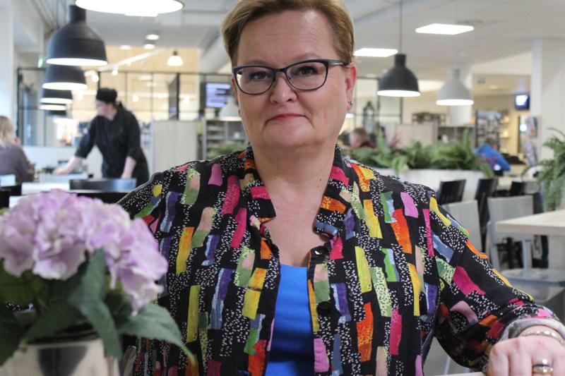 Heidi Veikkola on innoissaan Jokilaaksojen musiikkiopiston uusista tiloista Frosteruksen koululla.