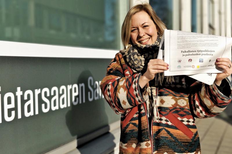 Idean äiti Annika Annala esittelee uusinta PS Pulssia. Lehti on jaettu yli 20 000 talouteen Pietarsaaressa, Luodossa, Pedersöressä ja Uusikaarlepyyssä.