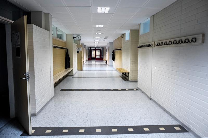 Koulujen käytävät voivat täyttyä maanantaina, jolloin hallituksen uusin linjaus astuu voimaan. Kuvituskuva Kiviniityn koululta.