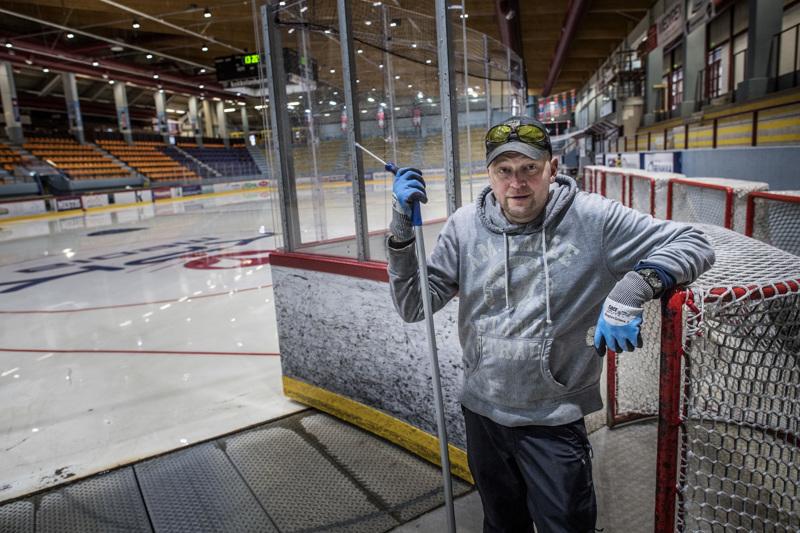 Kentänhoitaja Jani Maljanen aloitteli jäähallin huoltojaksoa pesuhommilla.