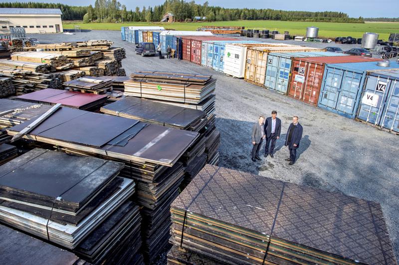 Seura-alueen rakentaminen alkoi viime syksynä tästä. Kuvassa Markku Poikkimäki, Taisto Peltomniemi ja Olli Lohi