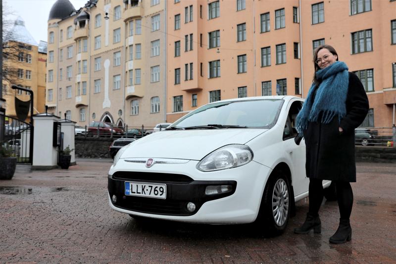 Noora Jokisen mukaan ensi syksynä on edessä vaikea ratkaisu: pitääkö Punto vai myydäkö auto pois. Ehkä yritän etsiä yhden tai kaksi taloutta lisää jakamaan auton kustannuksia, hän kertoo kotikulmillaan Helsingin Katajanokalla.