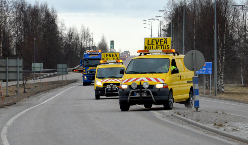 Kalajoelta Sotkamoon matkaava saattue koostuu kahdesta erikoispitkästä- ja leveästä ajoneuvoyhdistelmästä sekä kuljetuksia saattavista varoitusautoista. Kuvan autot eivät liity tähän kuljetukseen.