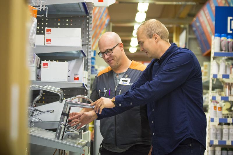 Torsti Parkkila (oik.) myi yrityksensä ja siirtyi kauppias Topias Reinikaisen johtamaan rautakauppaan LVI-asennuspalveluun.
