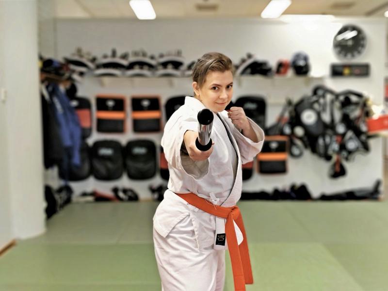 Anu Bringin kaipuu takaisin tatamille roihahti  yli kahdenkymmenen vuoden jälkeen kun hän toi lapsensa harrastamaan jujutsua. Nyt hokutoryua jujutsupuvun ympärillä on oranssi vyö puolentoista vuoden aktiivitreenin tuloksena.