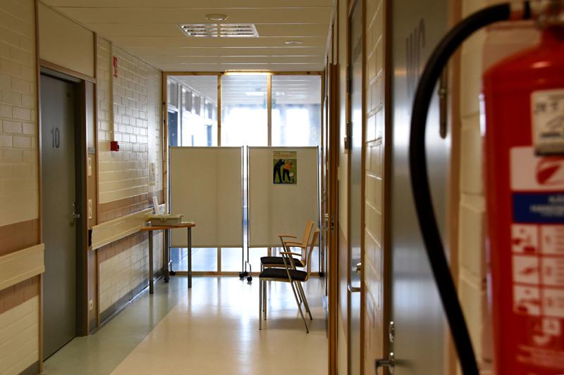 Haapaveden influenssavastaanotto on eristetty muista terveyskeskuksen vastaanottotiloista tilapäisellä väliseinällä. Kulku influenssavastaanotolle on neuvolan ulko-ovesta. Neuvolaan mennään nyt hammashoitolan ovesta.