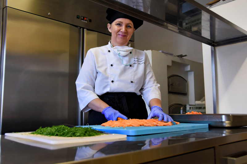 Poikkeustilanne on purrut kipeästi Haapaveden matkailu- ja ravintola-alan yrittäjiin. Satu Lundberg kertoo, että Ruustinnanhovin kaikki tilaisuudet on toistaiseksi peruttu. Jotta jotain tuloja kertyisi laskujen maksuun, hän on ryhtynyt valmistamaan ja kuljettamaan koteihin ruokaa ja leivonnaisia.