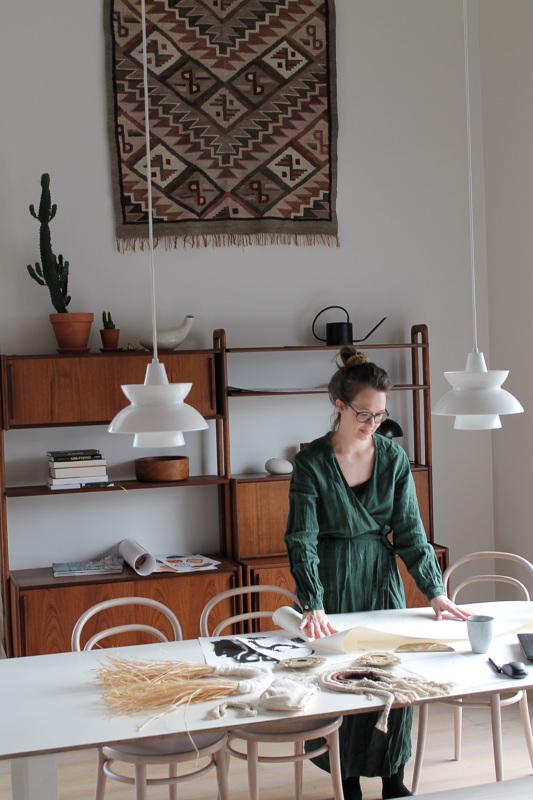 Muotoilija Sari Viljamaa tekee Kaaren tuotesuunnittelua Ylivieskassa.