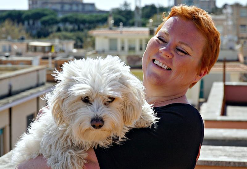 Haapajärveltä lähtöisin oleva Heli Pekkarinen esittelee koiransa Tuiskun kanssa asuintalonsa katolta roomalaista kaupunkimaisemaa.