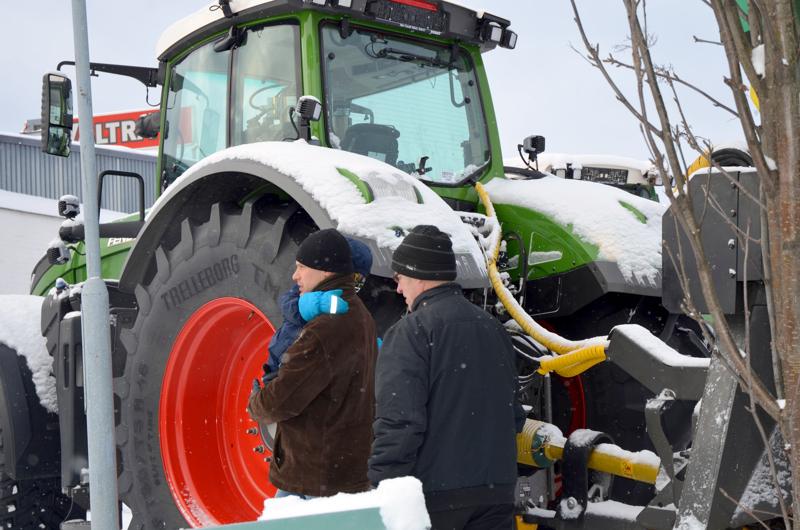 Kansanedustaja Juha Pylväs kyseli kookkaampien traktoriyhdistelmien sekä niiden liikennenopeuksien lisäämisen perään eduskunnassa.