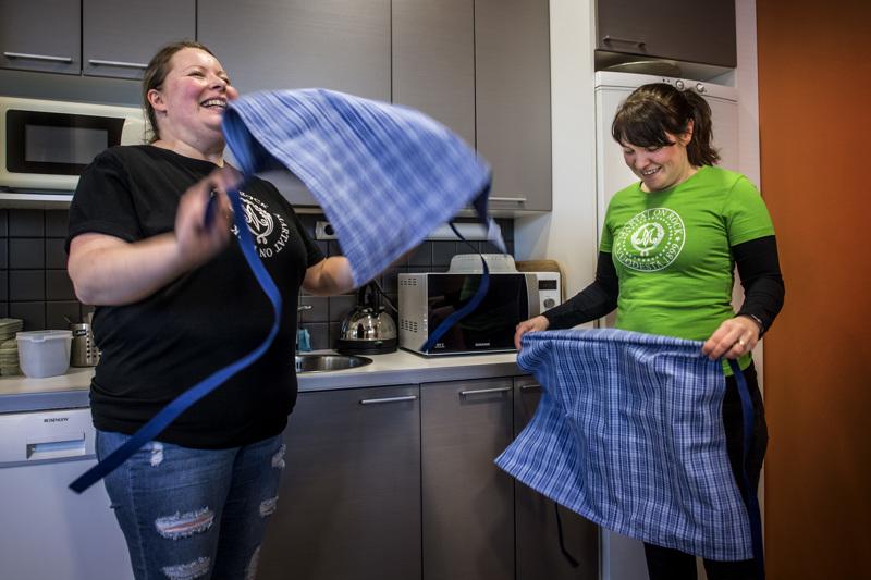 Martat Heidi Peltonen ja Heli Similä laittavat ruokaa ilman kulmien rypistelyä.