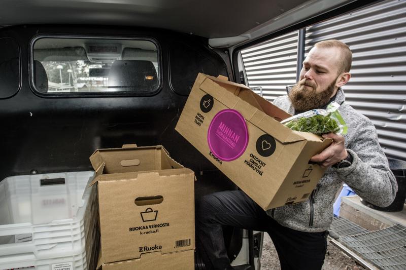 K-Market Kälviän kauppias Patrik Vähähyyppä lastaa autoon asiakkaiden verkkokaupasta ostamia ruokia. Hän ajaa ruokatoimituksia kaksi kertaa päivässä ympäri koko Kokkolaa.