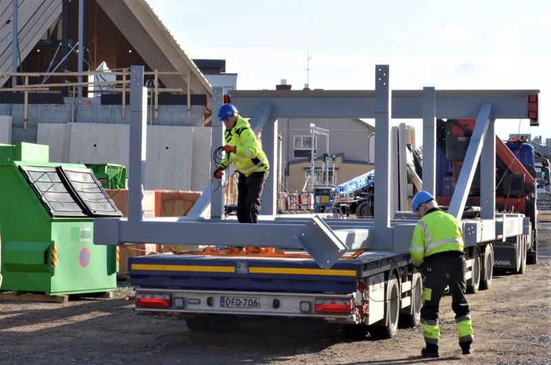 Pohjanmaan Metallin valmistamat kirkon pääsisäänkäynnin raskaat teräsrakenteet saatiin ongelmitta työmaalle.