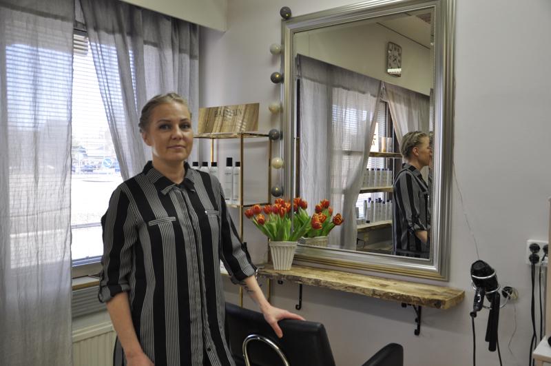 Puhtaus ennen kaikkea. Virve Jämsä siivosi lehdet pois Virven Vision pöydiltä heti korona-uutisten rantauduttua Suomeen. Ovet hän pitää auki perjantaihin asti.