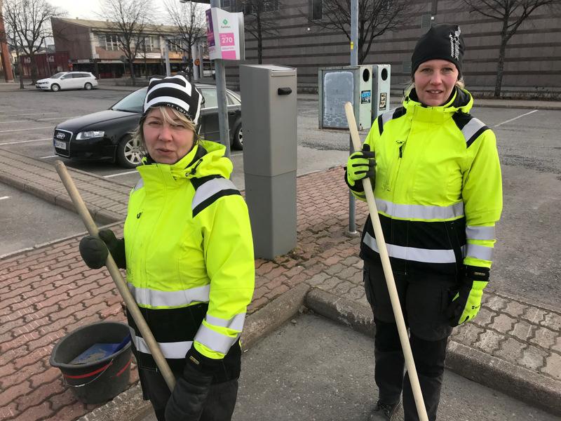 Rita Kiiskilä ja Marika Liimatainen tekevät työtä tuulessa ja tuiskussa.