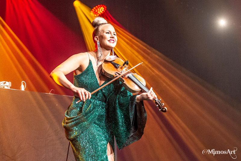 Elisa Järvelän keikkaa voi katsoa lauantai-iltana omalta kotisohvalta käsin, kun veteliläislähtöinen viulisti nousee lavalle Tullipakkahuoneella.