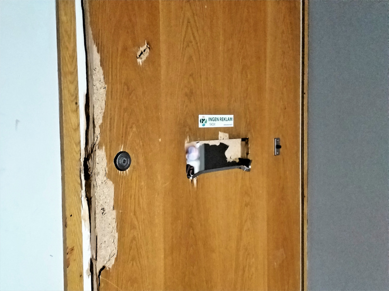 Asunnon ovi on yritetty murtaa auki väkivalloin.