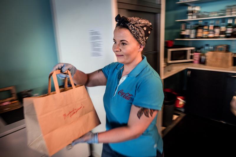 Kokkolalaisen Rock'n Roll Dinerin yrittäjä Pauliina Lehtola kertoo, että jo nyt ravintolan ruoka-annoksista on otettu mukaan 90 prosenttia.