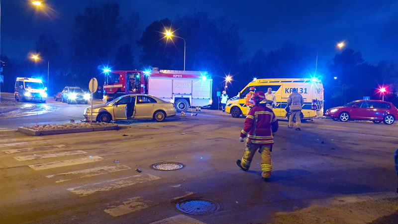 Mopo ja henkilöauto törmäsivät Katariinankadun ja Pohjoisväylän risteyksessä Kokkolassa.