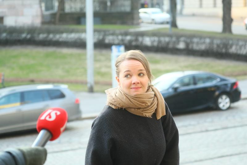 Valtiovarainministeri Katri Kulmuni (kesk.) saapui keskiviikkoiltana hallituksen neuvotteluun. Hän oli vaitonainen.