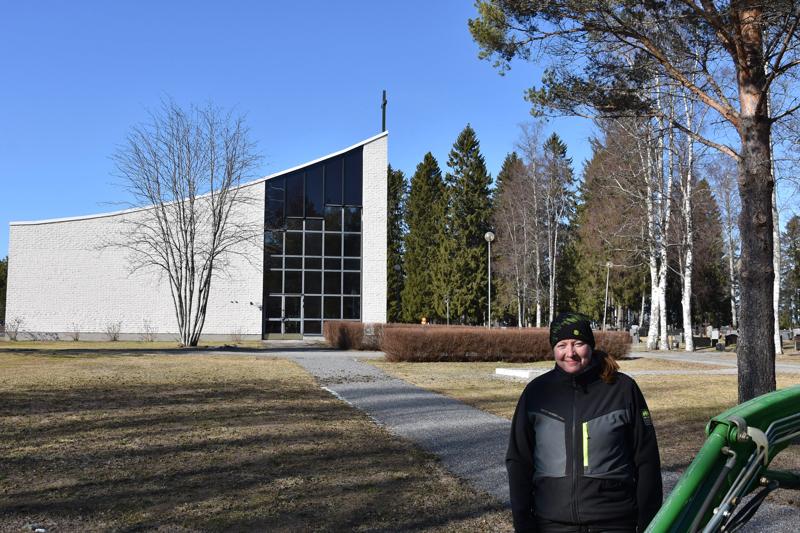 Kannuksen seurakuntamestari Minna Jääskä hautausmaalla työhommissa. Taustalla näkyy nurmialue, johon on tulossa uurnahautausalue.